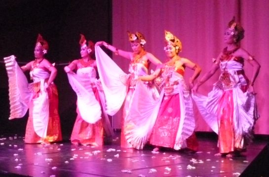 Danseuses Cendrawasih Association Balinaise spectacle Sekar Jagat Indonesia SJI Paris